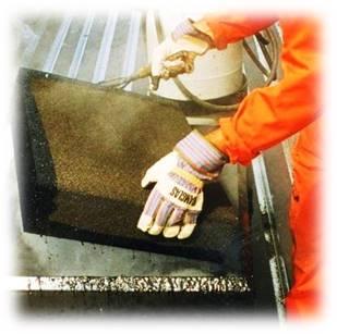 Блоки из пеностекла опускаются в горячую битумную мастику